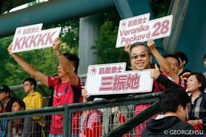 Torcedores taiwaneses apoiando Veronika Pecková